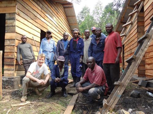 Team van lokale bewoners die meehelpen aan de bouw van het ziekenhuis