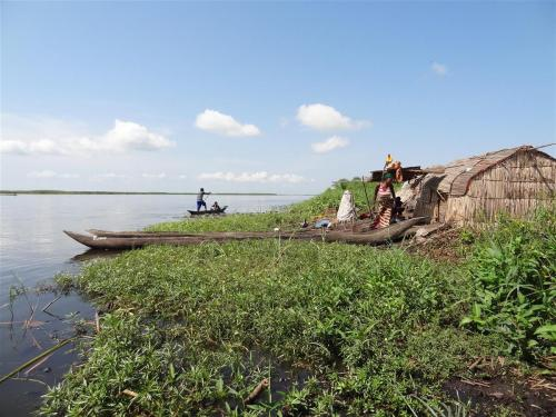 Bezoek aan de dorpjes die aan het water liggen (vaccinatie campagne)