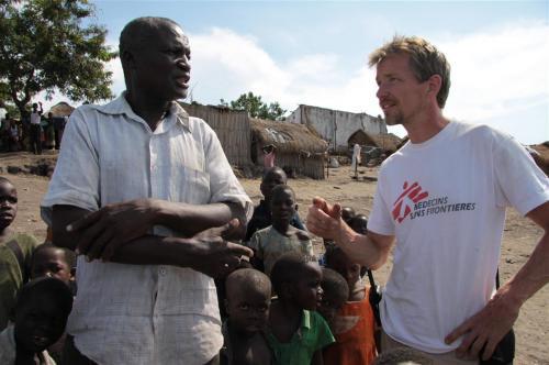 Wilco Dekker in gesprek met de dorpsoudste