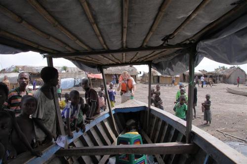 Altijd veel bekijks bij het aanleggen in een afgelegen dorpje